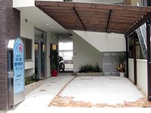 入口横駐車場
